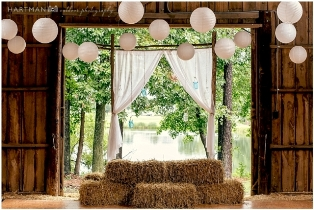 Rustic barn wedding | Wedding mason jars